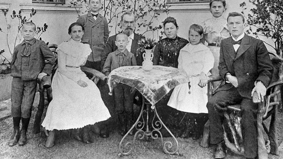 Маленький Рихард на коленях у отца, Густава Вильгельма, инженера в нефтедобывающей компании Нобеля в Баку. Вокруг — члены семьи Зорге