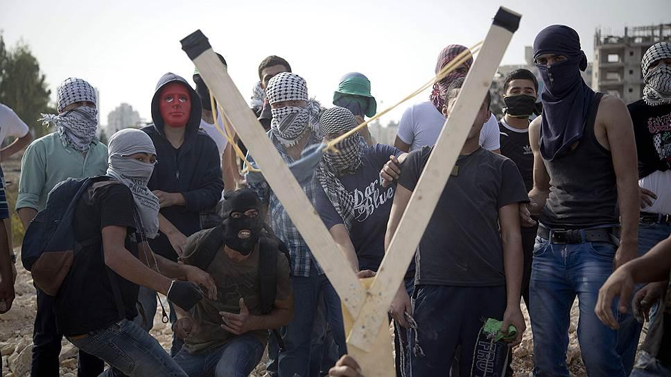 Этот снимок сделан в прошлый понедельник в пригороде Рамаллы: палестинцы изобретательны в обстрелах израильских сил правопорядка