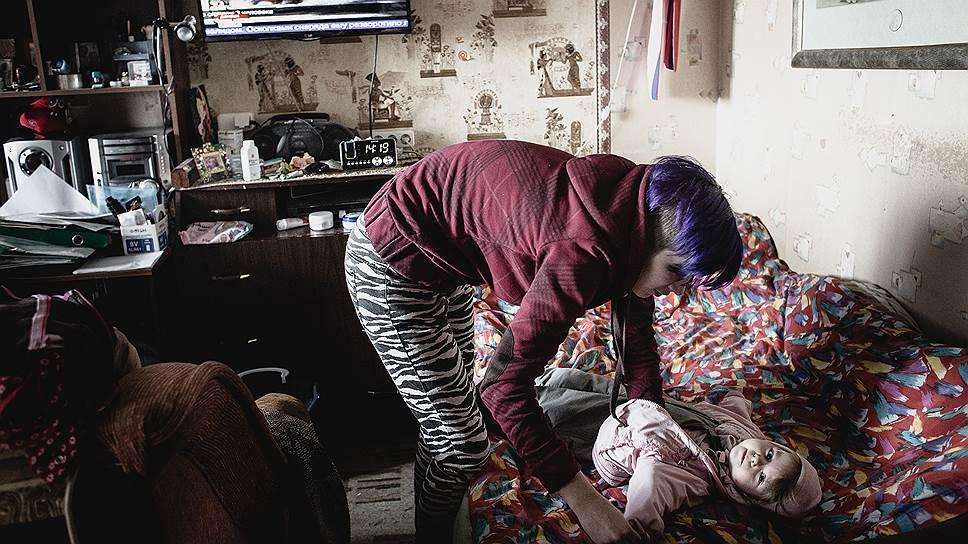 Дана (24 года) одевает свою дочку Марину на прогулку. Отец ребенка — барабанщик одной питерской панк-группы, который не живет с Даной и не навещает дочь