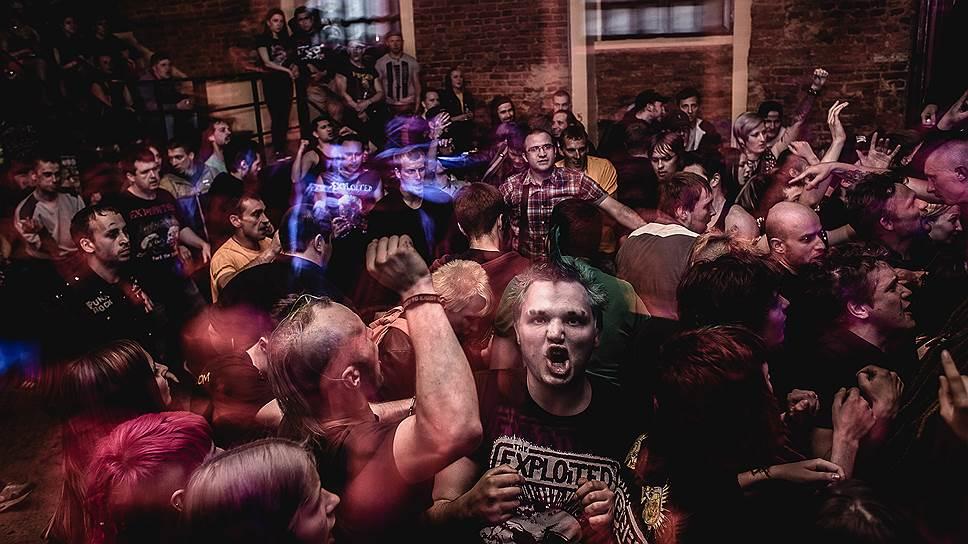 """Концерт популярной в 1990-х русской панк-группы в одном из клубов Петербурга. """"Ты можешь спокойно называть себя панком, но при этом не быть анархистом, а быть просто antisocial (антисоциальным), не придерживаться никаких идей и ловить только нигилистическую волну... А в наше время, что значит быть антисоциальным? Это значит стать либо дауншифтером, уйти в лес, куда-нибудь в Сибирь, и строить там себе хижину. Либо в современном обществе просто потреблять, воровать, пить... Большинство выбирает второй путь, он попроще будет"""",— комментирует Саня-Цой"""