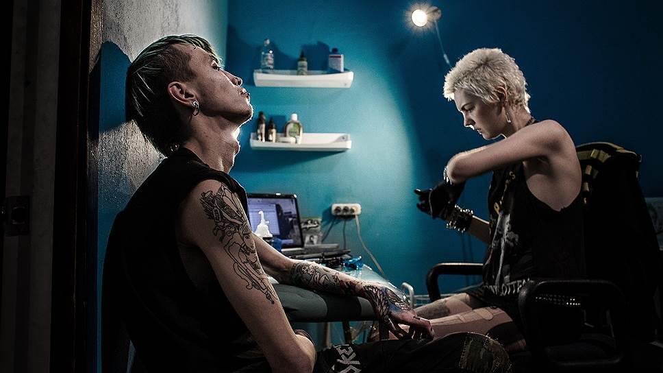 """Сане-Цою набивают на предплечьях татуировку, срисованную с картины американского панк-художника Джона Джона Джесси, которую он называет """"Грехи поколений"""". Саня организовал музыкальную панк-группу Burning Flag, и сейчас они записывают первый альбом. """"Большинство-то людей вообще ни о чем не задумываются: они слушают музыку, носят эти прически, походят так дай бог лет семь, потусуются и уйдут из этой темы. А эта горстка, которая останется, она будет продолжать нести идеи анархизма, будет нести мирный протест"""""""
