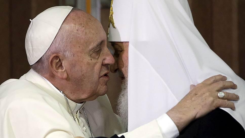 После подписания декларации предстоятели Русской православной и Римско-католической церквей обнялись