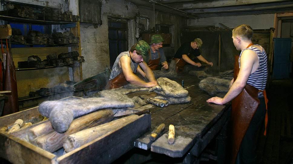 Цех по производству валенок в районном центре Усть-Тарка (Новосибирская область) небольшой, но известен всей стране
