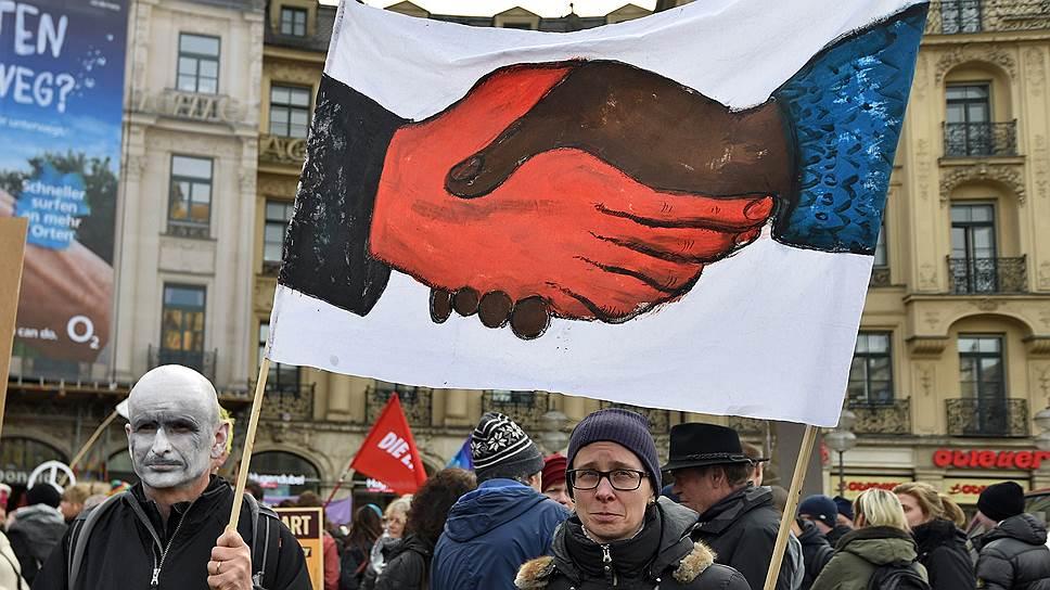 """Мюнхенская конференция по безопасности имела и """"уличную часть"""". Эти демонстранты, например, агитировали за мир и против НАТО"""