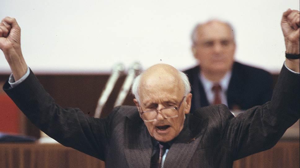 Михаил Горбачев и Андрей Сахаров: возвращение из ссылки самого известного правозащитника страны стало красноречивым свидетельством перемен