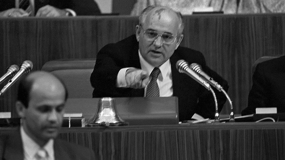 1990-й, ХХVIII съезд КПСС. Горбачеву договариваться с партийным аппаратом становилось с каждым годом сложнее — номенклатура реформ не принимала