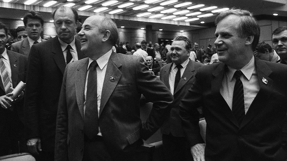 Попытка широких преобразований во всех сферах жизни страны — стержень политики Горбачева. Энтузиазм на старте реформ был огромный, достаточно взглянуть на это фото с московской партийной конференции