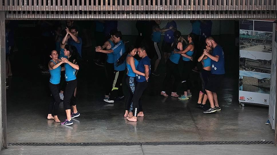 Как и везде в Южной Америке, в Колумбии любят танцы, а их урок можно провести просто в гараже