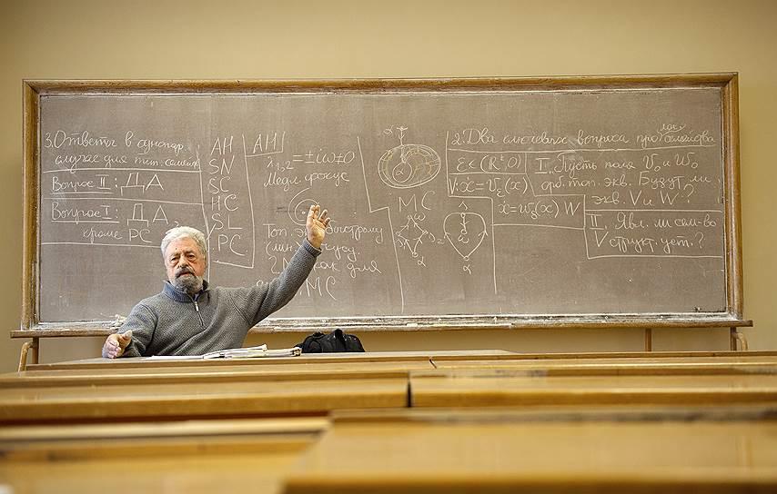 """К своим лекциям Юлий Сергеевич готовился, как актер к спектаклю: проговаривая их перед зеркалом, следя за хронометражем, разбивая мысли на пункты. Отсюда успех у """"зрителей""""-слушателей его многолетних """"пятничных семинаров"""" в МГУ"""