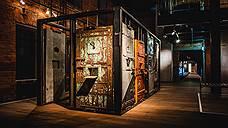Двери из тюрем, поставленные каре, образуют инсталляцию