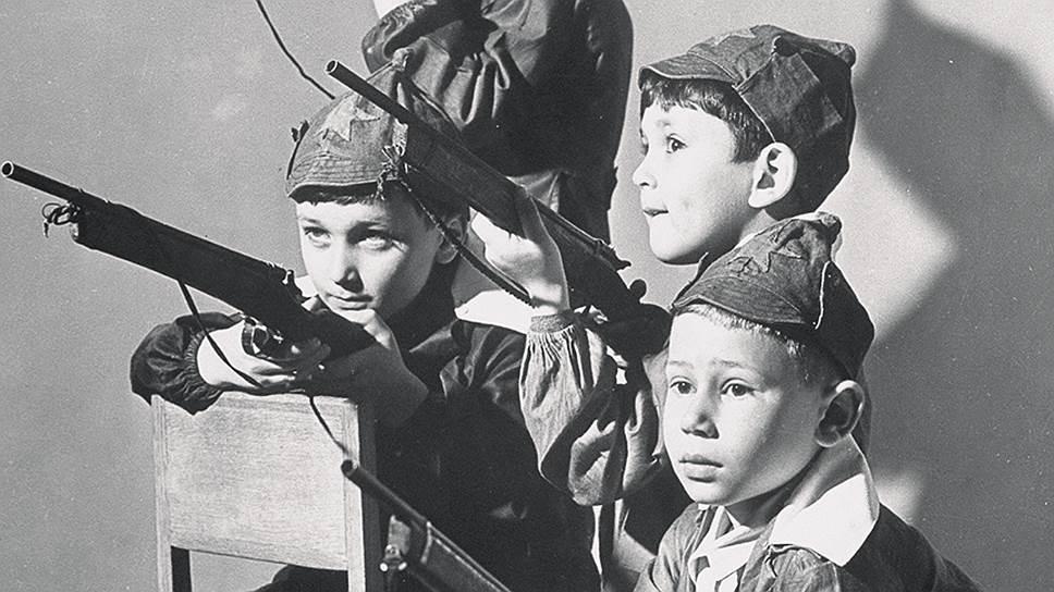 Это фотография из 1941 года. Но и спустя 75 лет важным воспитательным моментом у нас остается винтовка