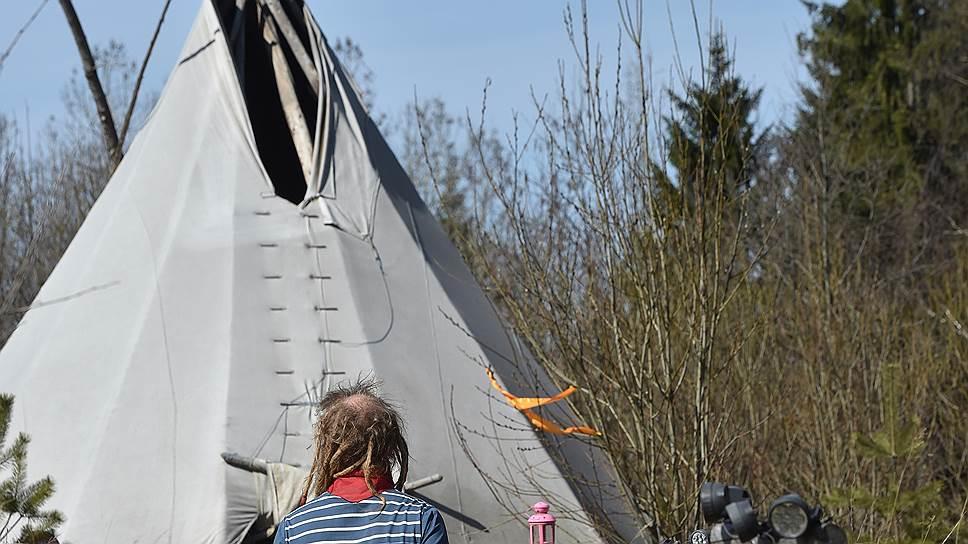 Индейская палатка, которую все проезжающие называют вигвамом, стала первой постройкой Юрия. Чуть позже «подмосковный отшельник» обзавелся новым жильем — землянкой