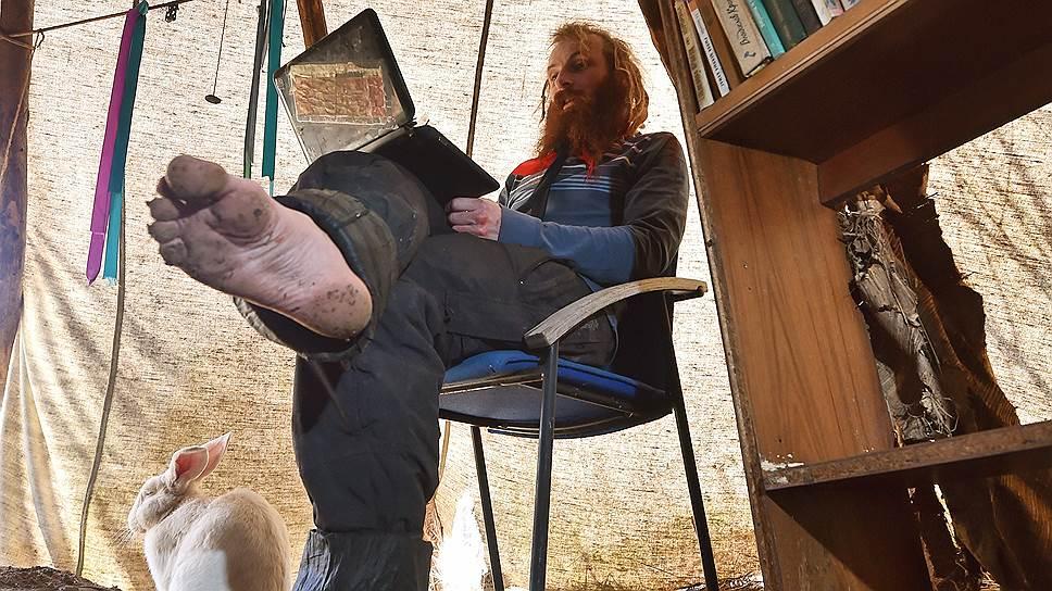 В индейском типи Юрий устроил читальный зал. В холода здесь можно развести костер