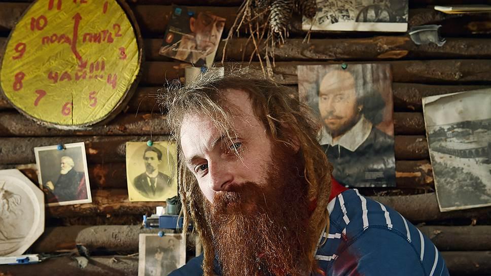 На стенах землянки — часы из страны чудес Льюиса Кэрролла и портреты литературных классиков