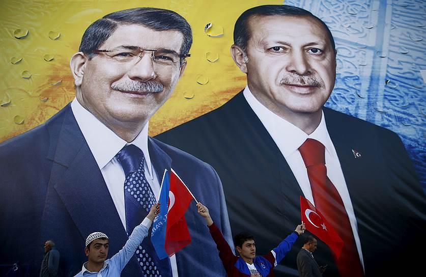 Еще на выборы в 2015 году лидеры правящей Партии справедливости и развития премьер Турции Давутоглу (на фото слева) и президент Эрдоган шли плечом к плечу. Остался только один...