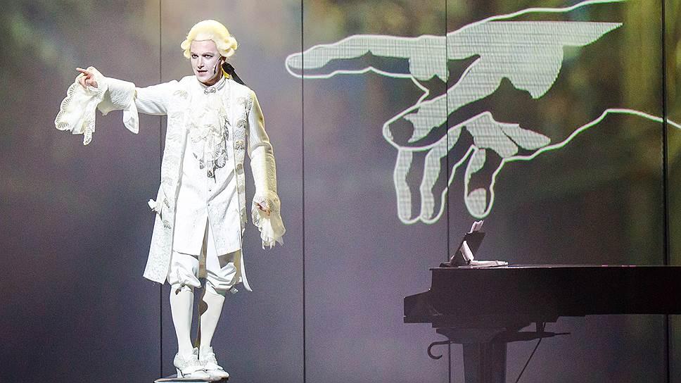 История музыки рассказывается в спектакле через судьбы великих композиторов, в том числе Моцарта