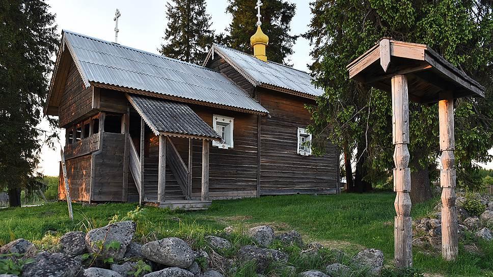 Часовня стоит на бывшем языческом капище, которое тут было 520 лет назад. Старые ели — то, что осталось от языческой еловой рощи