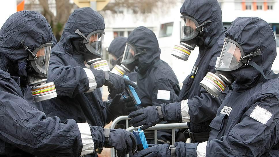 Офицеры полиции на учениях в городе Ним отрабатывают действия в случае газовой атаки со стороны террористов