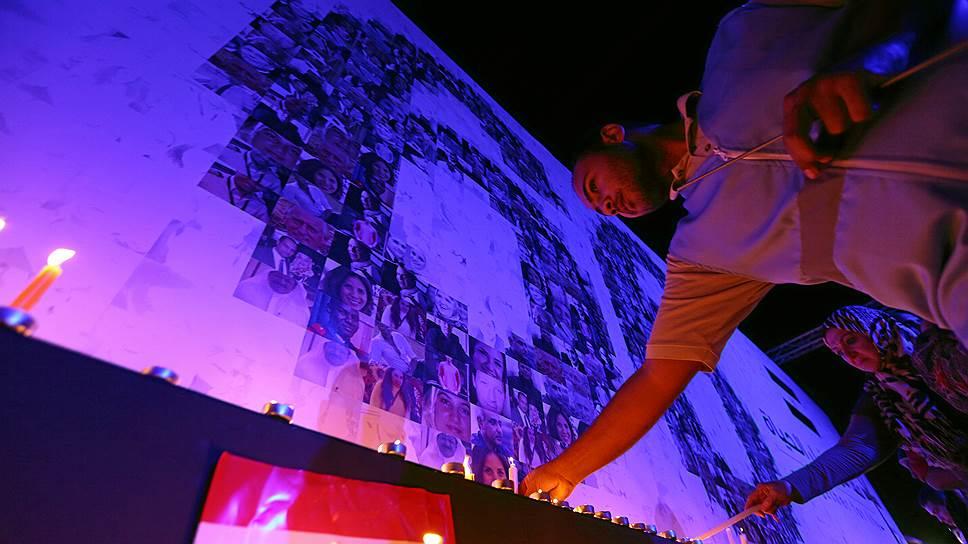 Свечи в память о погибших пассажирах авиарейса Париж — Каир напоминают о том, какие грозные опасности нависают над европейским чемпионатом