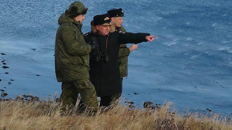 Командующий войсками Восточного военного округа генерал-полковник Сергей Суровикин (на переднем плане) и командующий Тихоокеанским флотом адмирал Сергей Авакянц за развертыванием экспедиции следили лично