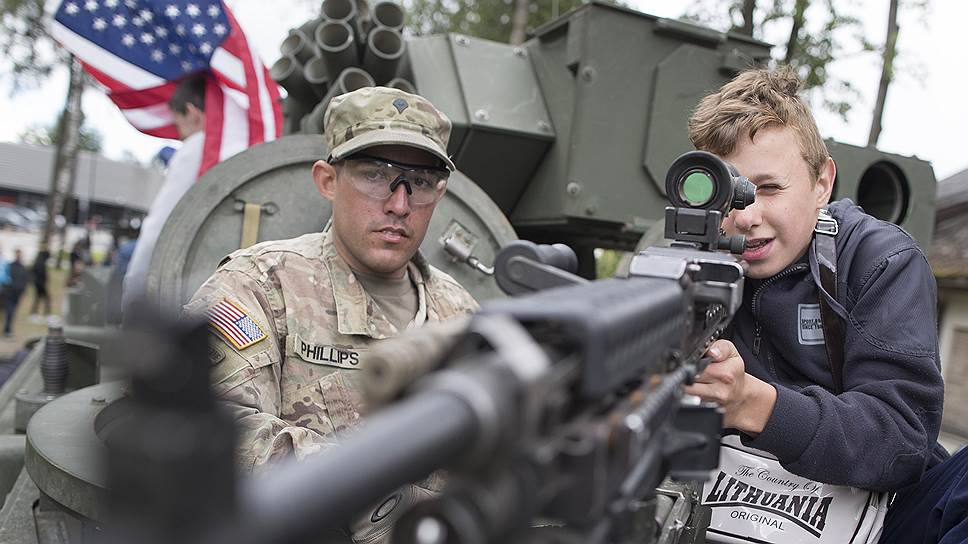 Американские военные позволяют литовскому населению потрогать все