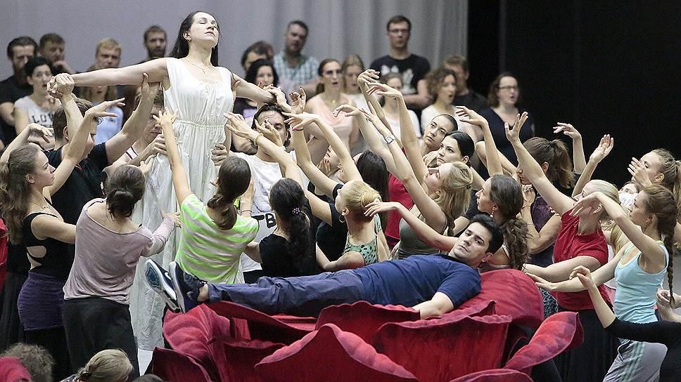 """Музыка в """"Осуждении Фауста"""" (на фото -- репетиция оперы)  оказалась важнее театральной интерпретации"""