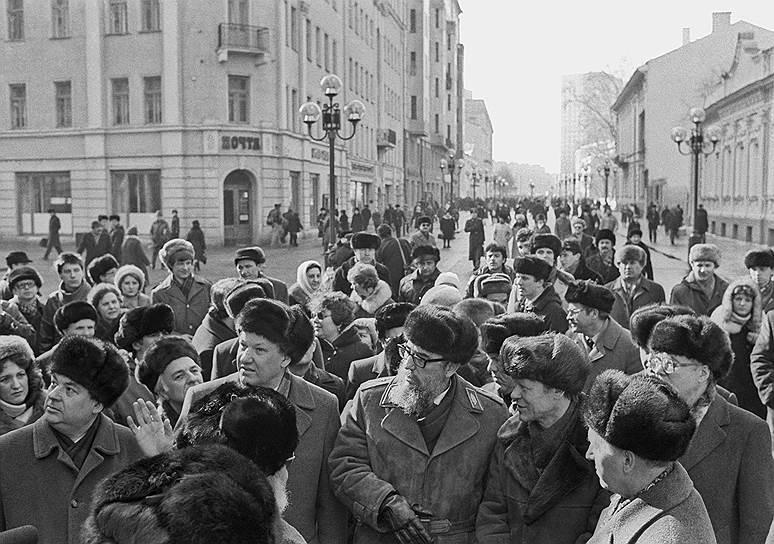 """Борис Ельцин и Фидель Кастро гуляют по Арбату. На Кастро-- """"номенклатурная"""" дорогая ушанка"""