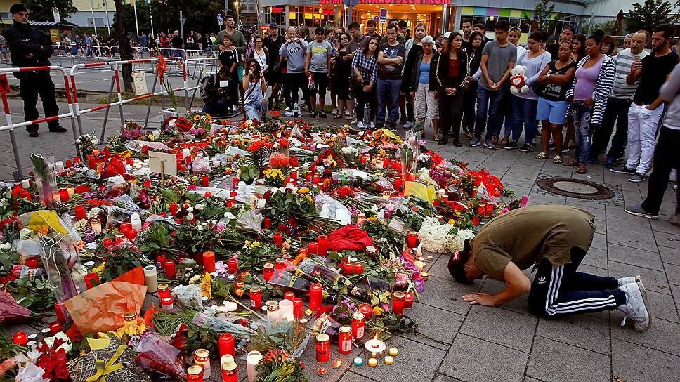 Площадка перед мюнхенским торговым центром после трагедии превратилась в мемориал