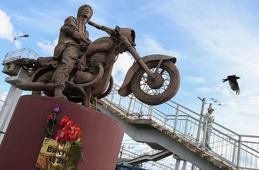 Памятник должен был стоять в Америке в Зале славы рок-н-ролла, а оказался в Окуловке