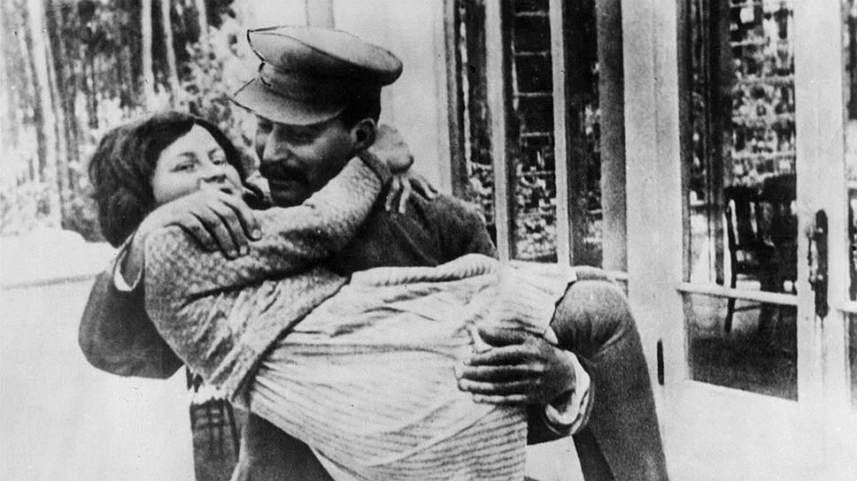 Пока Светлана была маленькая, Сталин относился к ней с нежностью