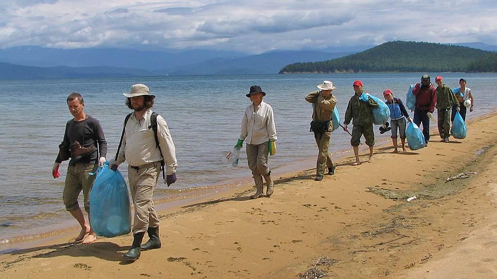 Волонтеры не справляются с колоссальным объемом мусора, который оставляют после себя на берегах озера сотни тысяч туристов