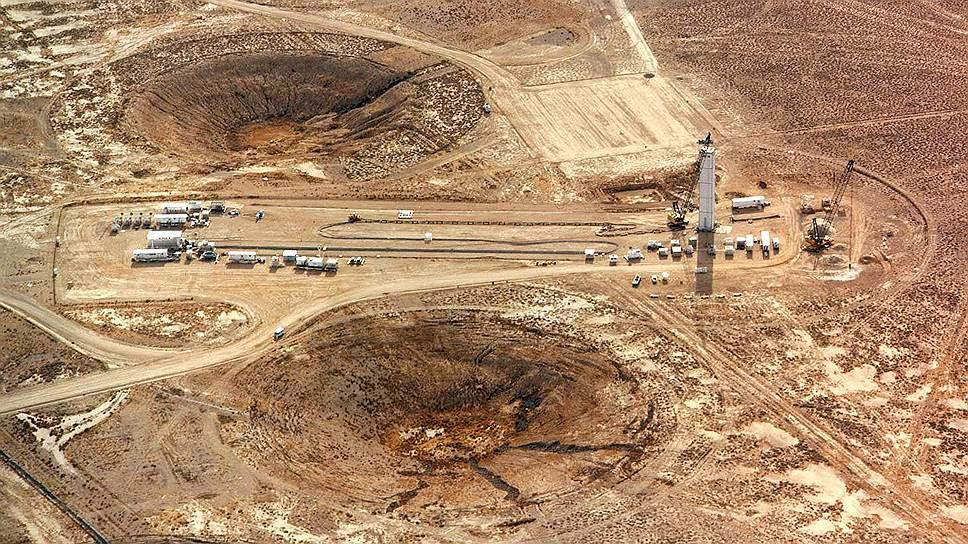 """Земля, искалеченная ядерными испытаниями,-- воронки от взрывов на """"Опытном поле"""""""