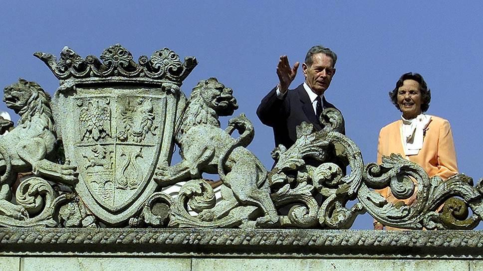 Экс-король Михай и его супруга королева Ана приветствуют сограждан с террасы резиденции в Бухаресте в 2001году. Уже тогда было ясно: голоса поклонников монархии в Румынии-- серьезный электоральный ресурс