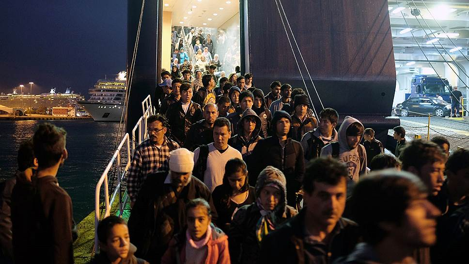 Тем временем беженцы растекались по всей стране: где для них построят лагеря, во избежание волнений не объявляют