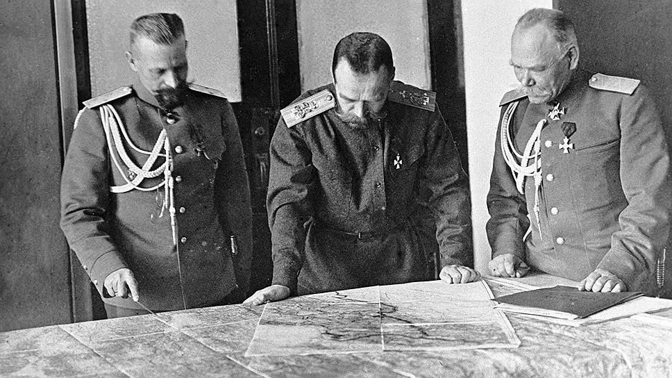 В военном деле Николай II понимал мало, но положение верховного главнокомандующего обязывало давать советы генералам, на этом фото -- Михаилу Алексееву (справа) и Михаилу Пустовойтенко (слева)