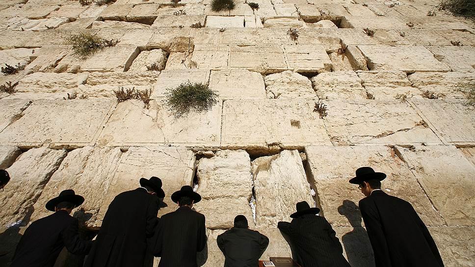 Стена плача. Здесь был Храм царя Соломона, а сама стена уцелела после разрушения Второго храма римлянами в 70 году н.э. За долгие века изгнания она стала символом веры и надежды многих поколений евреев