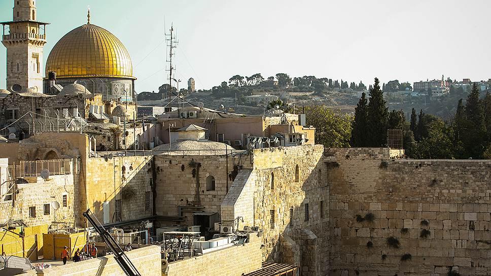 Диспозиция святынь в центре Иерусалима в высшей степени драматическая: на Храмовой горе -- мечети Аль-Акса и Купол скалы, у подножия-- остатки Западной стены Иерусалимского храма (Стена плача)