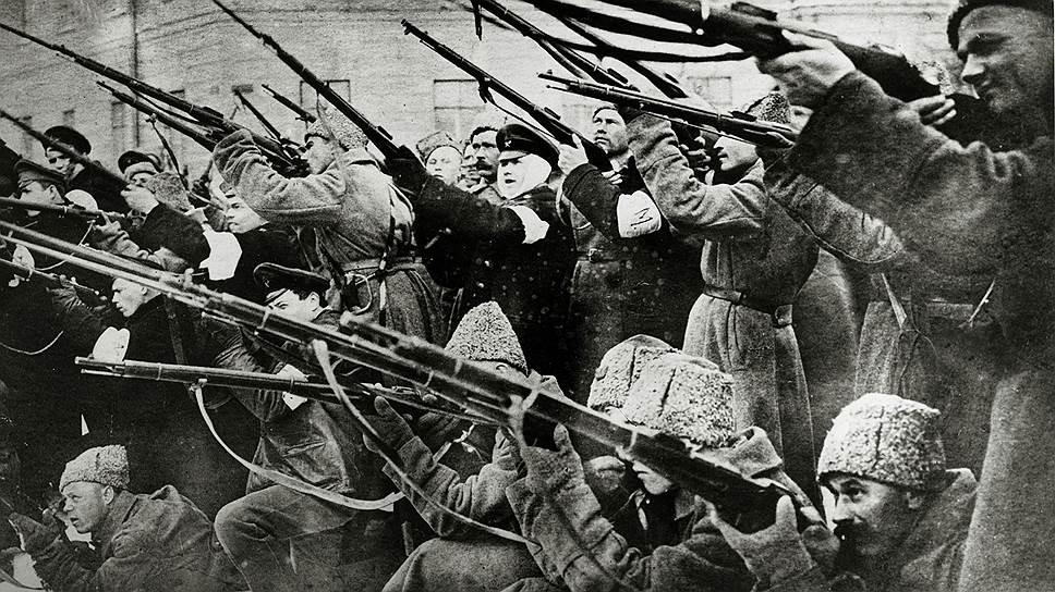 А вот с революцией, грянувшей в 1917 году, не только император, но и его окружение не понимали, что делать