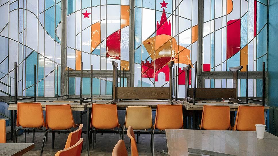 Декоративное панно в главной столовой ЗИЛа: кремлевские звезды сияют даже среди разрухи