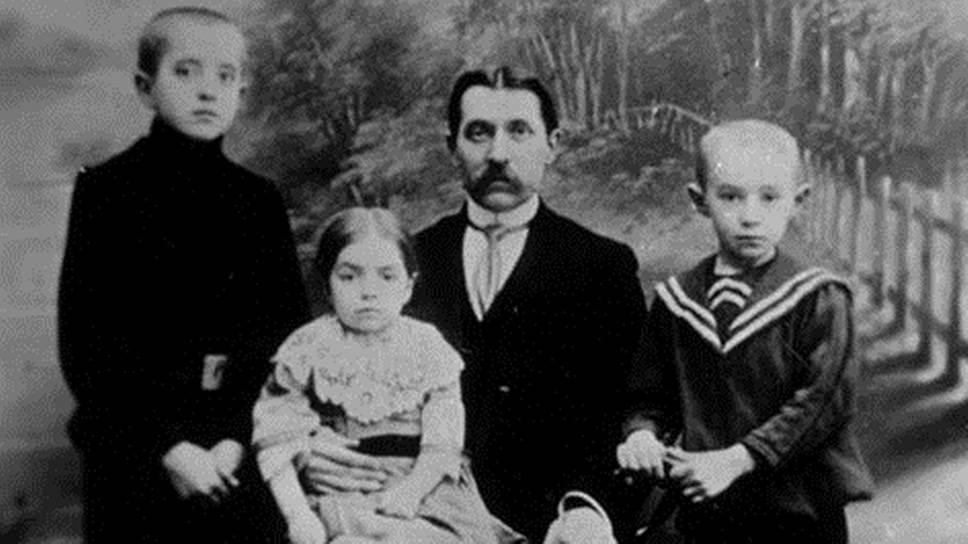 Николай Ильич Косыгин с детьми: Павлом, Марией, Алексеем (справа). 1911