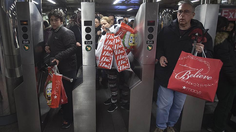 Все больше шопоголиков предпочитают не толкаться с покупками на праздничных распродажах, а приобретать все, что нравится, по интернету