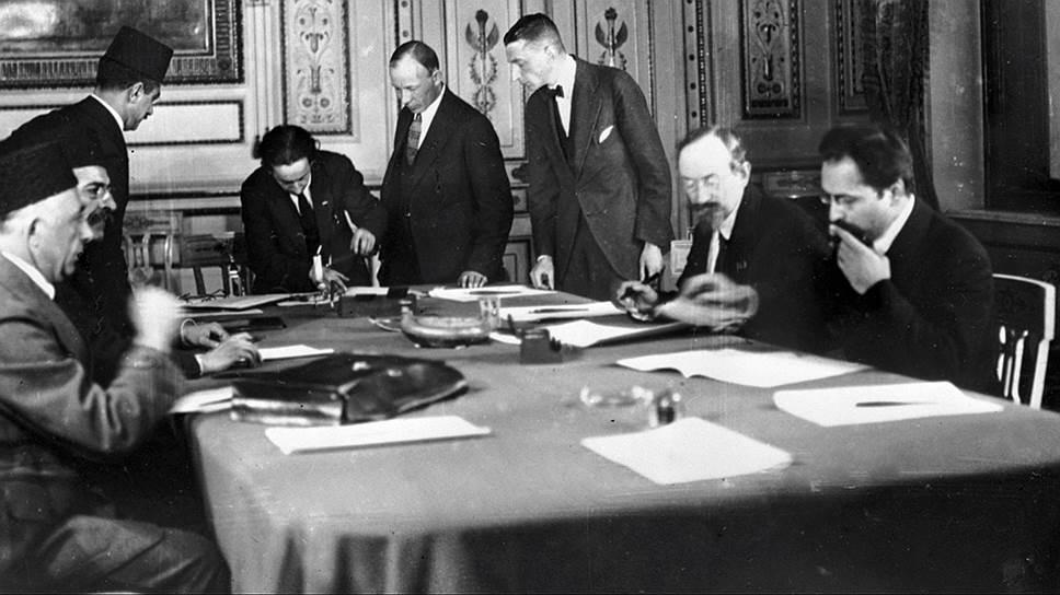 """Наркоминдел Чичерин (2-й справа) подписывает договор о """"дружбе и братстве"""" с Турцией"""