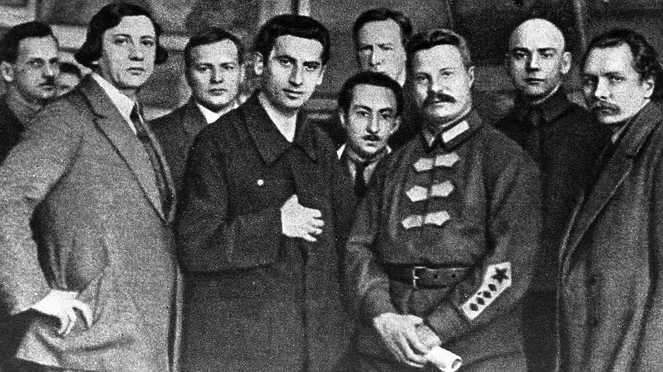 Фрунзе (3-й справа) и московские художники
