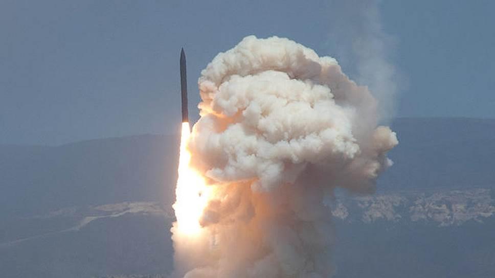 Будущая гонка вооружений будет вестись и в формате ПРО. На фото: тестовые испытания запуска и перехвата ракеты на базе ВВС США (Калифорния)