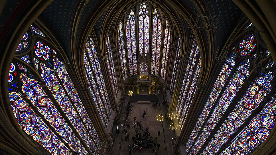 Краски на 15-метровых витражах Сент-Шапель не померкли за семь с лишним веков