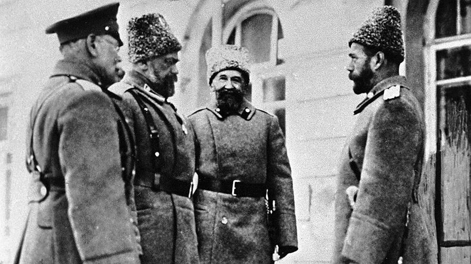 НиколайII (справа) с генералами Михаилом Алексеевым, Алексеем Эвертом и Алексеем Поливановым (слева направо), в феврале 1917-го все они поддержали отречение царя