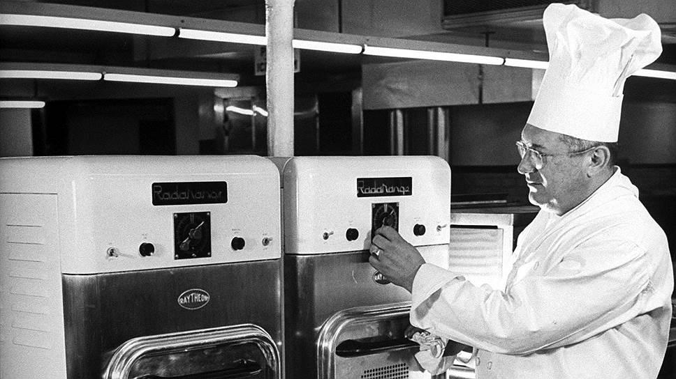 Первые коммерческие микроволновки, появившиеся 70 лет назад, были еще слишком громоздки, но уже тогда удивляли поваров быстротой и удобством