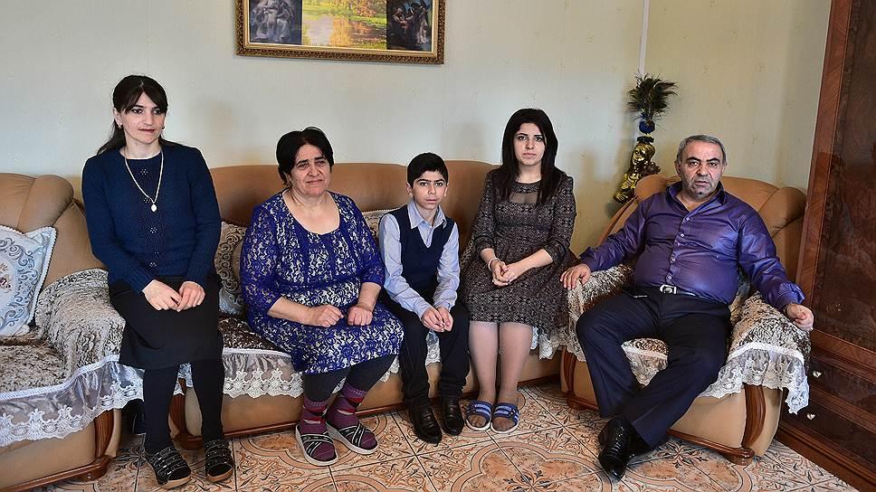 Дома с женой, невесткой и двумя из десяти внуков