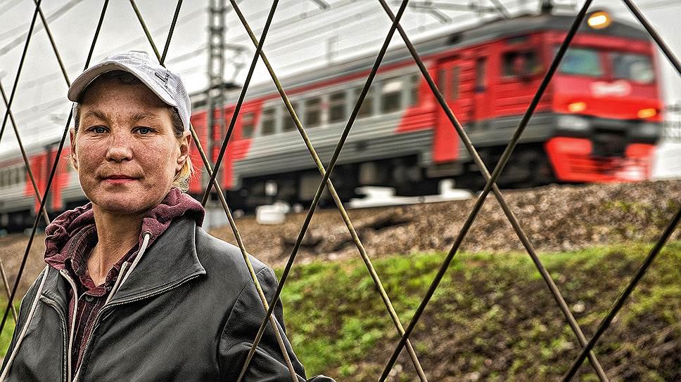 Лена Сидоренко провела в тюрьме 15 лет, а когда вернулась домой, брат указал ей на дверь. Теперь она — староста «палаточных», группы бездомных, живущих в пункте обогрева у железнодорожной станции Обухово
