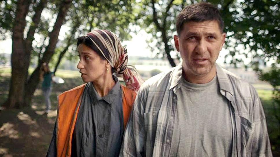 Пара любителей в сыскном деле выглядит симпатичнее профессионалов (Равшана Куркова, Сергей Пускепалис, кадр из сериала)
